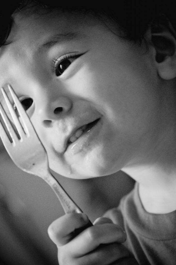 niño y tenedor