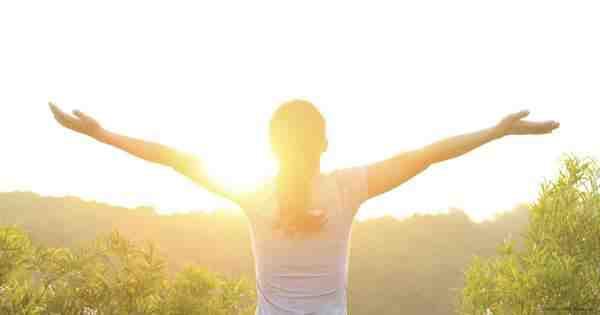 'Un baño de sol de 15-30 minutos, sin crema antisolar, aporta de 300 a 350 unidades de vitamina D (lo que necesitamos diariamente como media es 350UI diarias), pero la mayoría de la gente no sale al aire libre lo suficiente, y cuando lo hacen exponen muy poca piel al sol. Exponer las manos, cara y brazos al sol de media mañana tres días a la semana aportaría vitamina D suficiente desde marzo hasta octubre.' Dra. Northrup.
